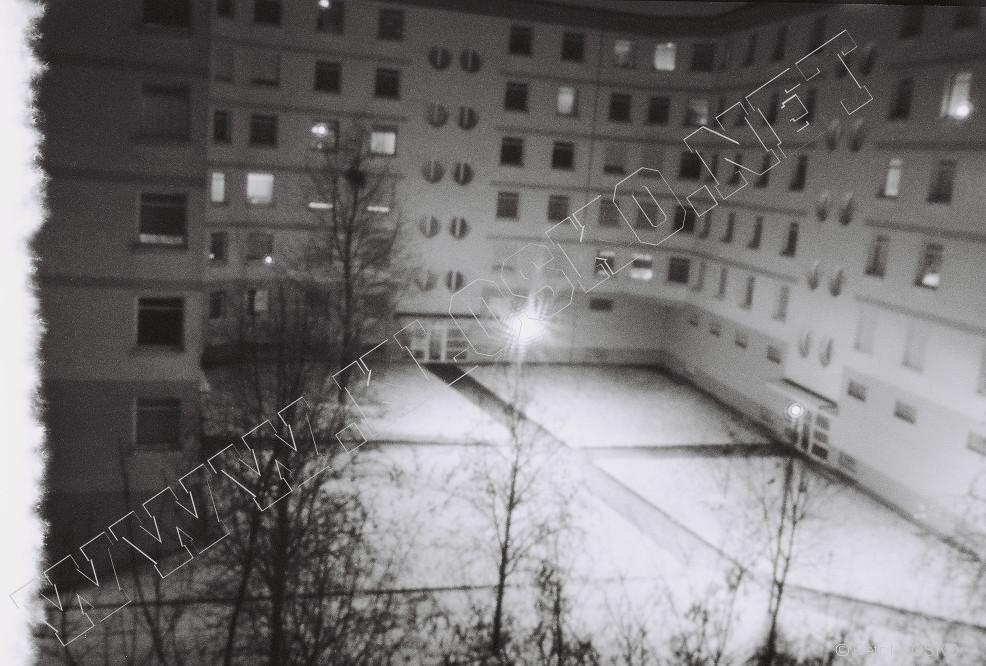 Detail - Dírková komora - fotky XVII - Zasněžený chodník mezi domy